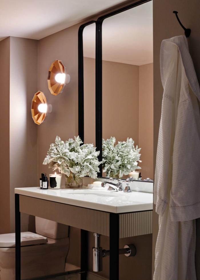 déco en noir mate et cuivré avec peinture murale taupe, aménagement toilette moderne avec accessoires aux finitions noir matte