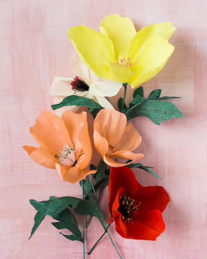 que faire avec u papier crépon, des fleurs colorés en papier a faire soi meme, couleur jaune, orange et rouge, activiter manuelle