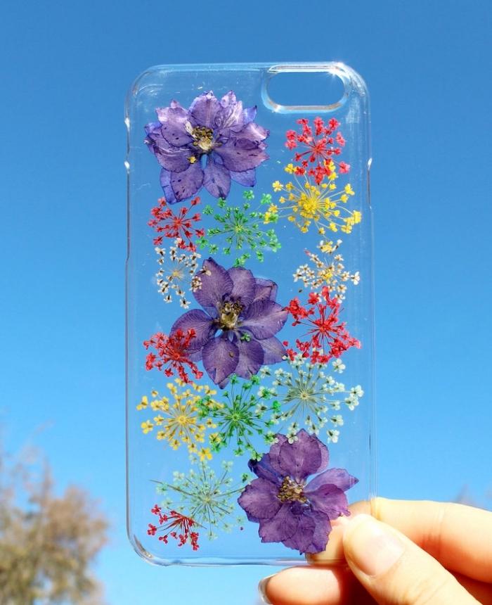 modèle de coque telephone en silicone transparente décorée avec fleurs violettes et petites fleures séchées en jaune vert et rouge