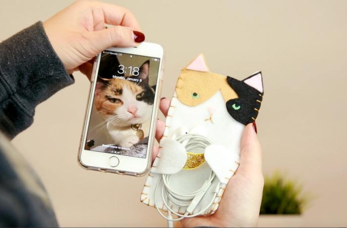 coque personnalisée iphone 7 en tissu à dessin chat aux yeux verts et emplacement écouteur, activité manuelle amusante pour fille
