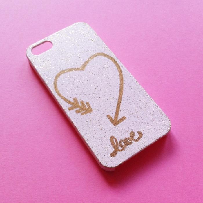 exemple de coque telephone personnalisée à design glamour pour fille, coque rose décorée avec glitter transparente et un dessin à design coeur et mot amour