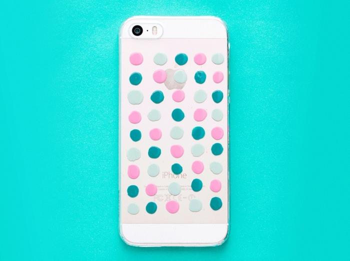 exemple de coque personnalisée iphone 7 de silicone transparente décorée en dots identiques de couleurs rose et vert pastel