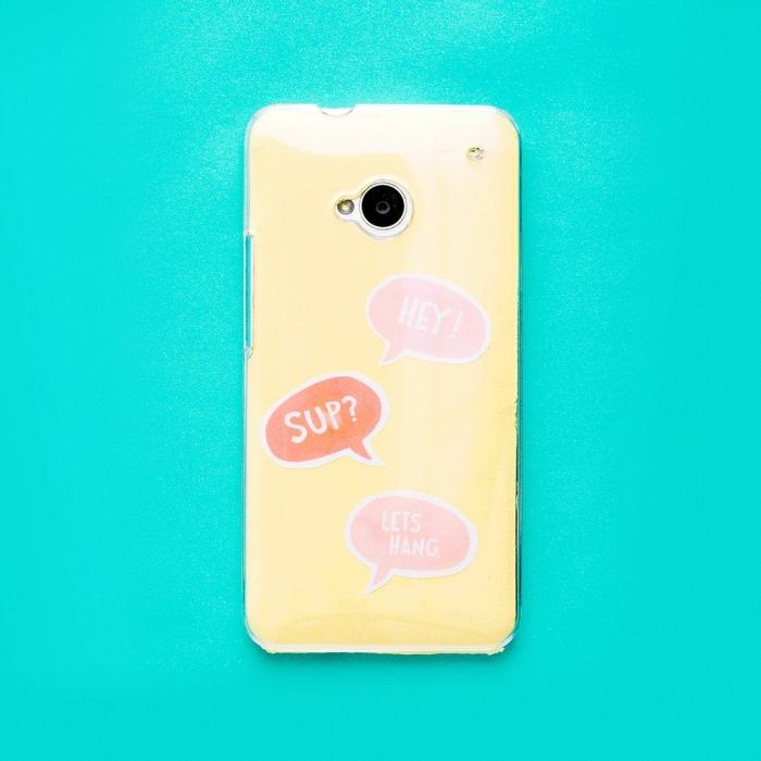 idée créative pour faire une coque de telephone jaune à design amusant avec stickers au dessins imprimés