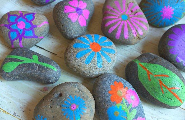 exemple d activité manuelle primaire enfant, galets décorés à motifs floraux décorés à diverses couleurs