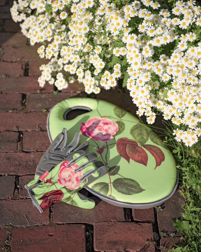 gants verts avec fleurs rose pour un cadeau grand mere, accessoire de jardinage à design original et naturel