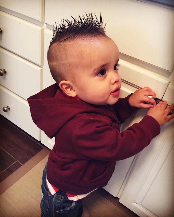 photo de bébé avec cheveux dressés en pic sur la tete
