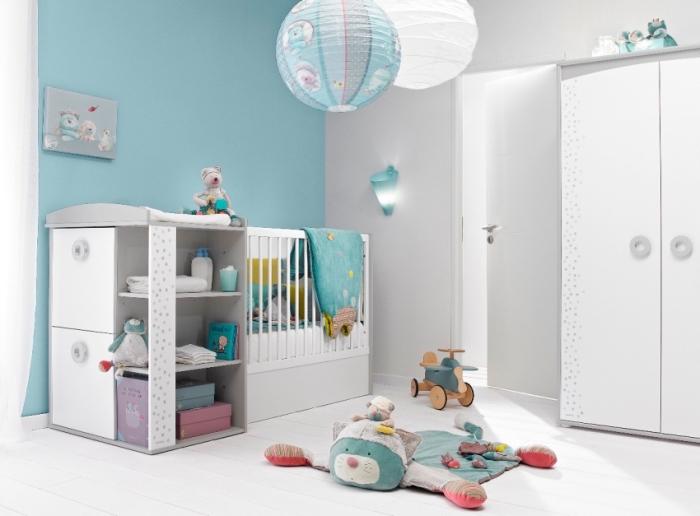 comment décorer la chambre bébé aux murs blancs et bleus avec un lit à barreaux et rangement verticale pour jouets et vêtements