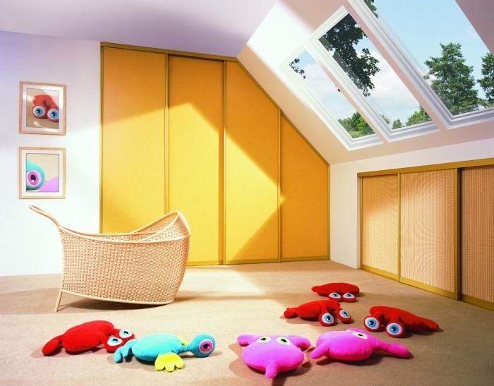comment aménager la chambre bébé garçon ou fille sous pentes avec fenêtres de plafond et meubles sous pente