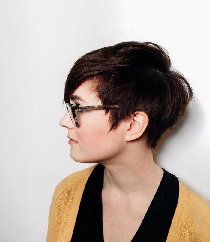 avec quelle couleur combiner le noir, quel maquillage porter avec lunettes de vue, coloration de cheveux marron courts