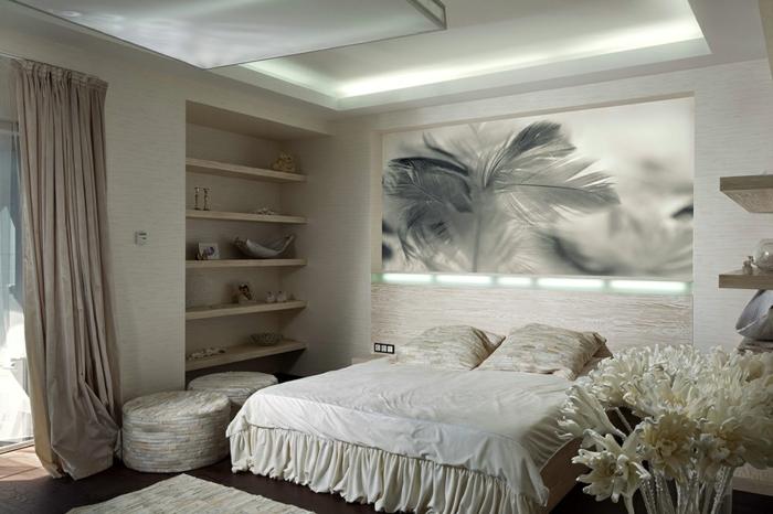 tabourets beiges crème, rideau beige, étagère en bois, bouquet de fleurs en papier, photographie artistique