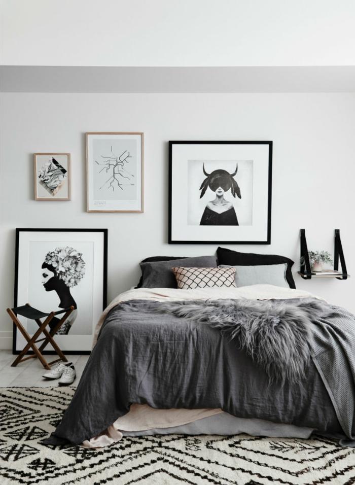 tapis berbère, idee deco cocooning, tableaux encadrés, petite tablette murale, peinture murale grise