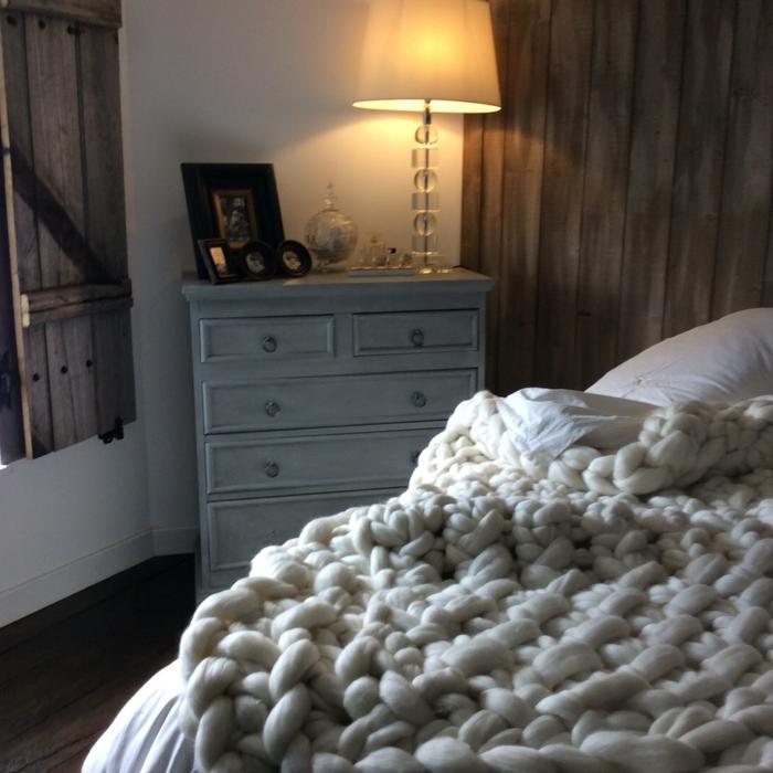 deco cocooning d'espace cosy rustique, chevet peint blanc, plaid tricoté blanc