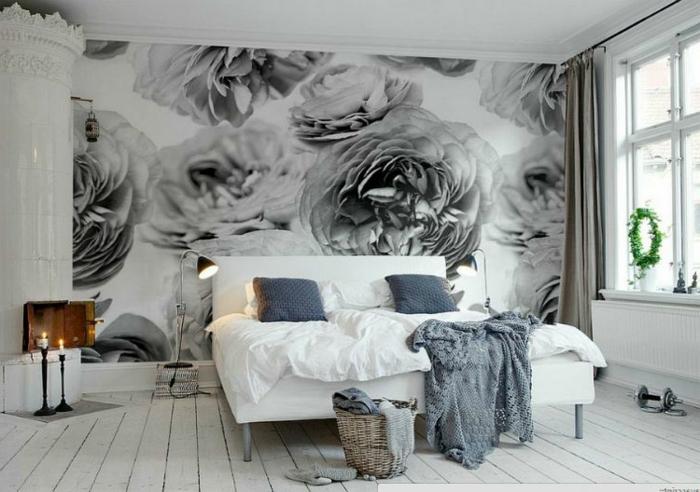 poster mural floral, plancher en bois, lit blanc, panier tressé, bougies vintage