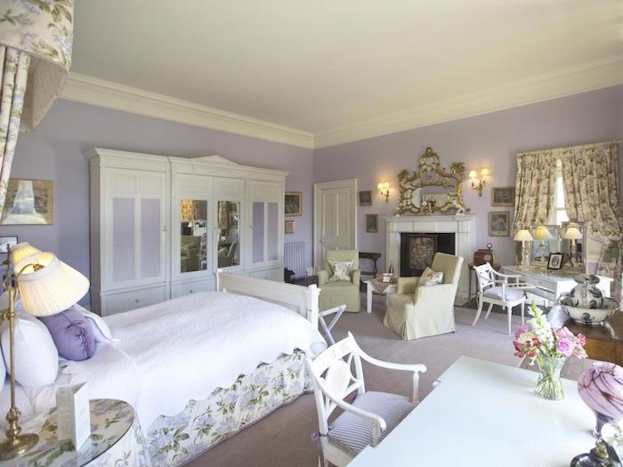 deco style chambre de chateau de princesse, peinture murale violet mauve