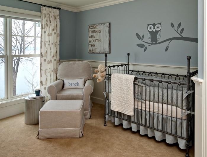 fauteuil et tabouret beige devant la grande fenêtre à carreaux dans la deco chambre verte au plafond blanc et plancher à tapis marron