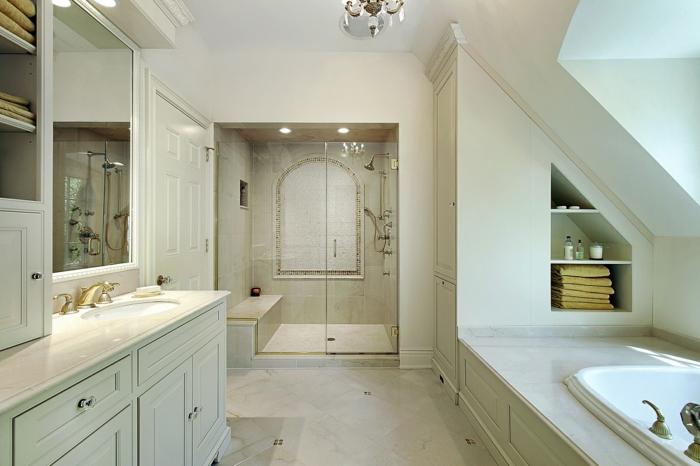 petite cabine de douche, baignoire dans l'alcôve avec rangement intégré, grand meuble de salle de bain