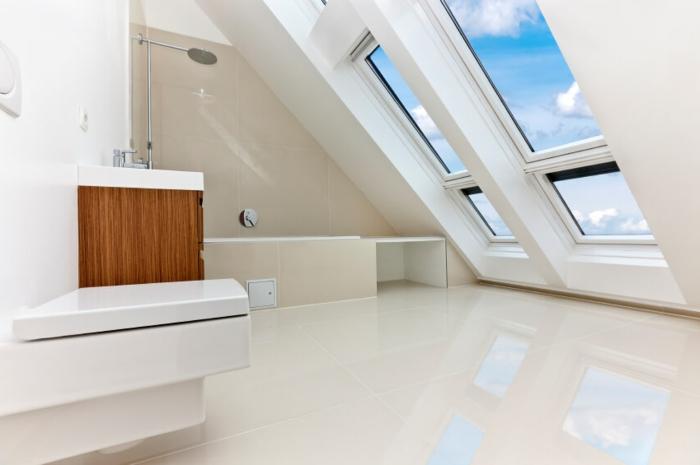 salle de bain minimaliste, déco blanche, grandes fenêtres avec vue splendide