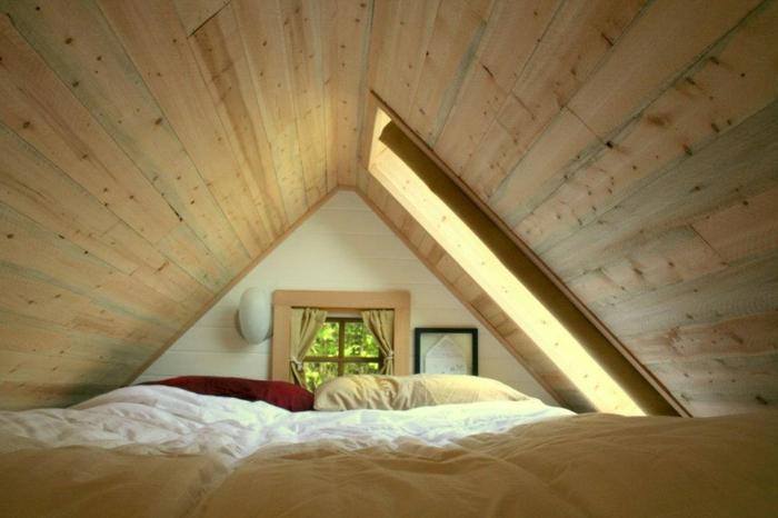 déco chambre sous pente, un petit espace grenier aménagé, lit sous les combles