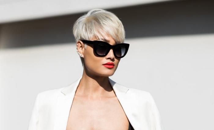 vision élégante et chic avec coupe de cheveux femme court de couleur gris pastel, look rock avec piercing oreilles et lunettes de soleil noires