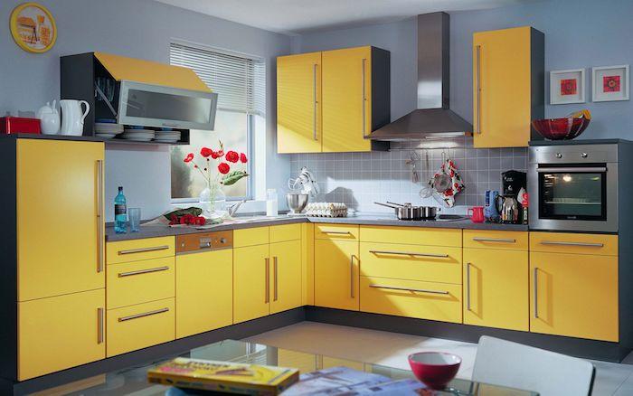exemple de gris souris peinture sur un mur, meuble cuisine jaune, électroménager inox, aménagement cuisine moderne