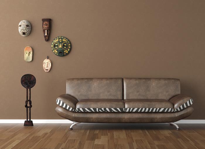 idée décoration murale salon minimaliste, peinture marron pour mur, modeles masques africains decoratifs