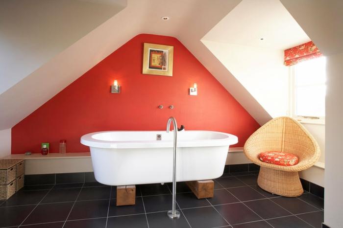 amenagement salle de bain chic, chaise papasan, baignoire blanche, mur rouge,