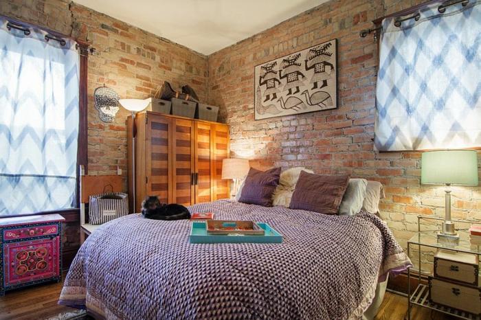 décoration de chambre placard coloré, armoire en bois original, valises vintage,mur en briques rouges