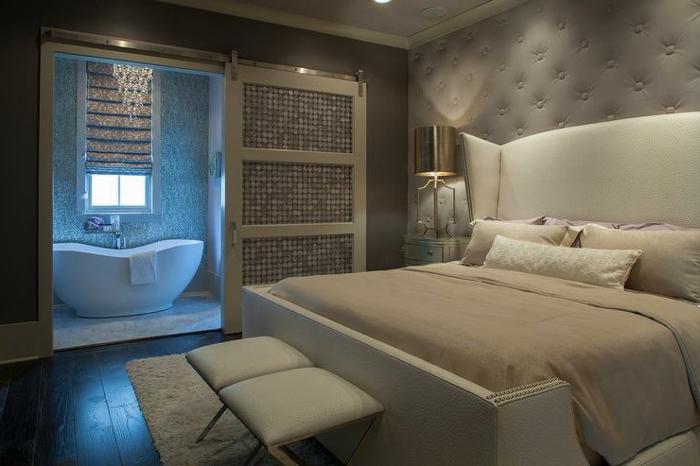chambre à coucher et salle de bains, idée déco chambre adulte, murs aux capitons