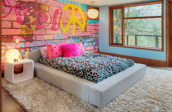 un papier peint mur en briques avec graffiti, lit plateforme gris, idée déco chambre parentale en rose et bleu, chevet blanc, encadrement de fenêtre bois foncé
