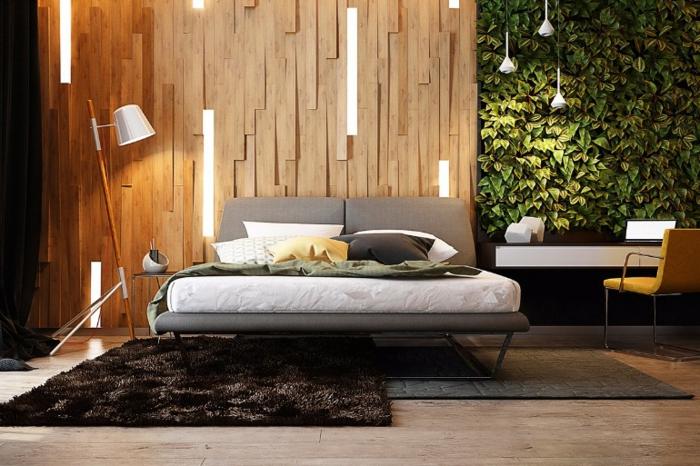 mur végétal dans une chambre parentale, panneaux en bois, tapis marron