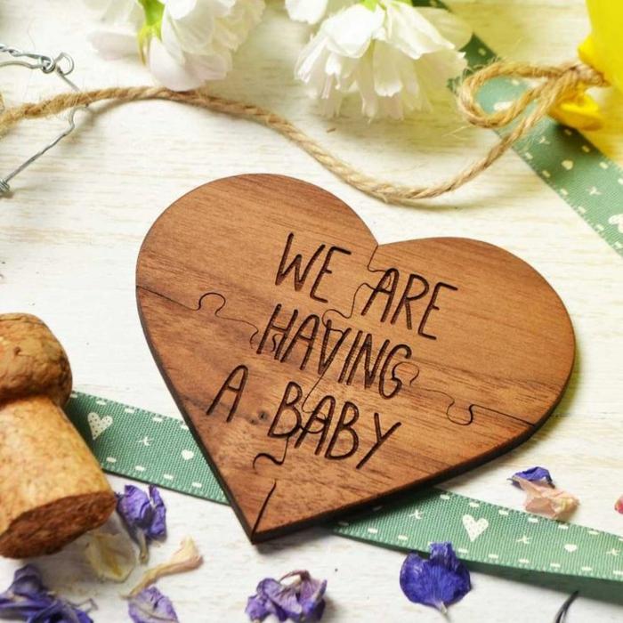 annonce naissance originale, un coeur en bois avec un script, nous allons avoir un bébé