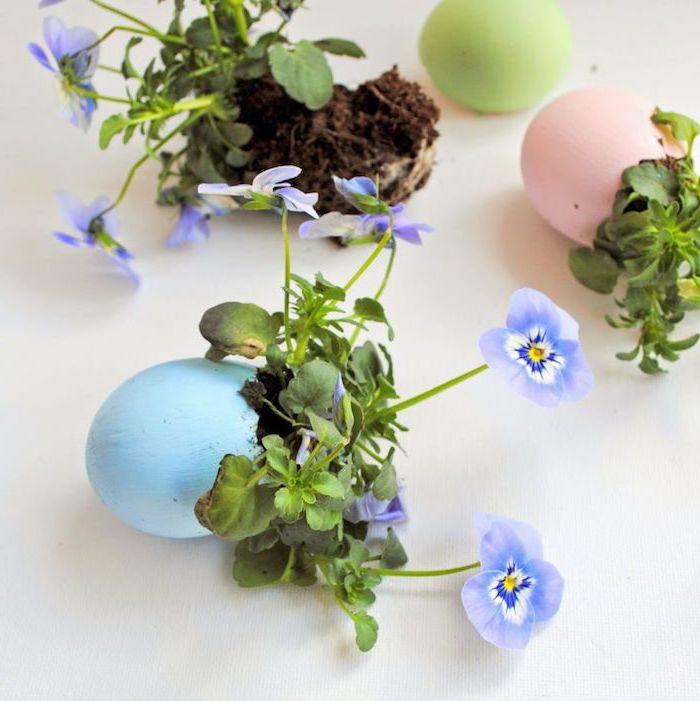 petit pot de fleur avec des plantes violettes plantées à l intérieur, deco paques a faire soi meme simple