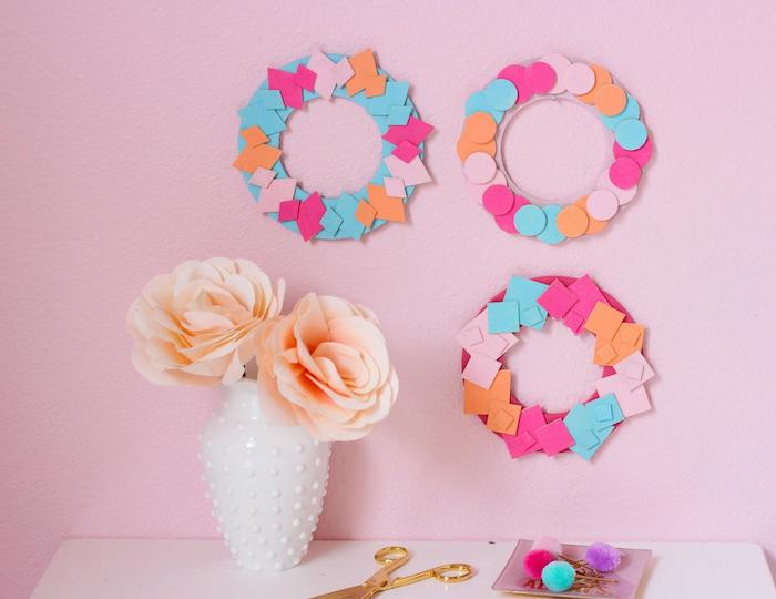 activité manuelle 6 12 ans avec du papier coloré pour fabriquer une couronne colorée en figurines de papier, vase rempli de fleurs