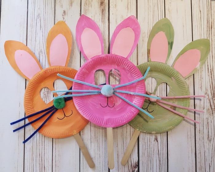 masque lapin fabriquée dans une assiette en papier, museau en pompon, moustaches en cure pipe et des oreilles en papier, activité manuelle primaire