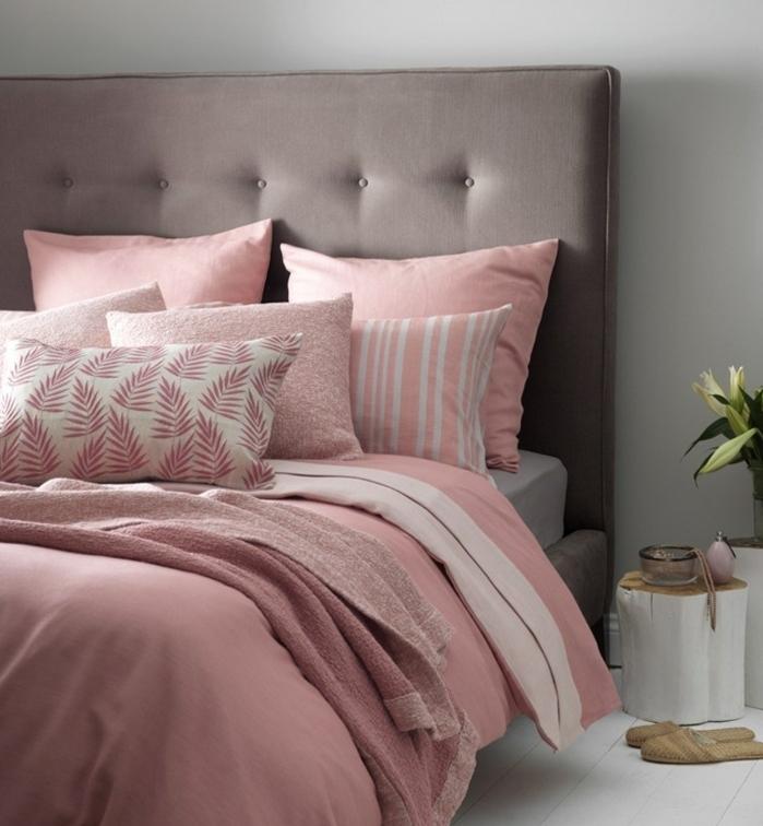 tete de lit couleur taupe claiir et mur repeint en gris perle, linge de lit rose pastel, parquet blanchi, tete de lit en buche de bois