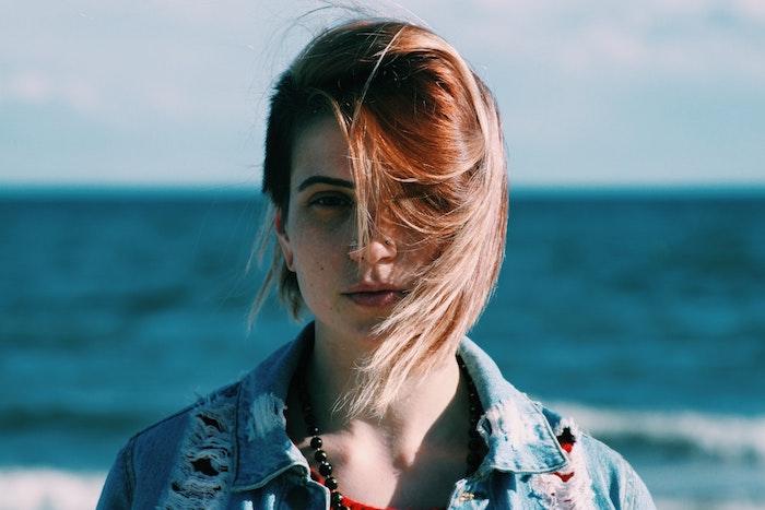 idée de coupe courte dégradée pour une ado avec des mèches roux cuivrés dans des cheveux blond cendre, carré plongeant mi long