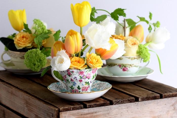 des tasses de thé style shabby chic décorées à motifs floraux avec des fleurs prinatières à l intérieur, deco centre de table floral