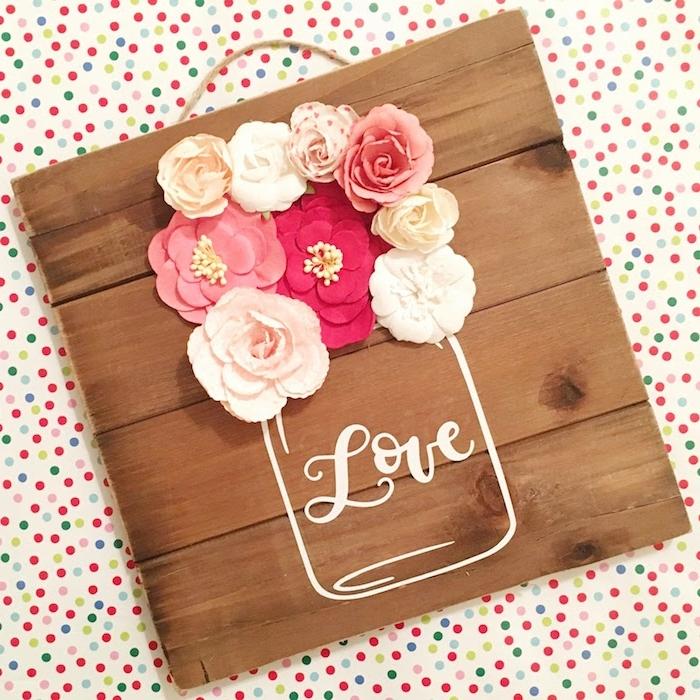 planches de bois assemblées avec des fleurs en soie en rose, blanc et rouge, dessin d un vase, effet 3d, idée d activité manuelle