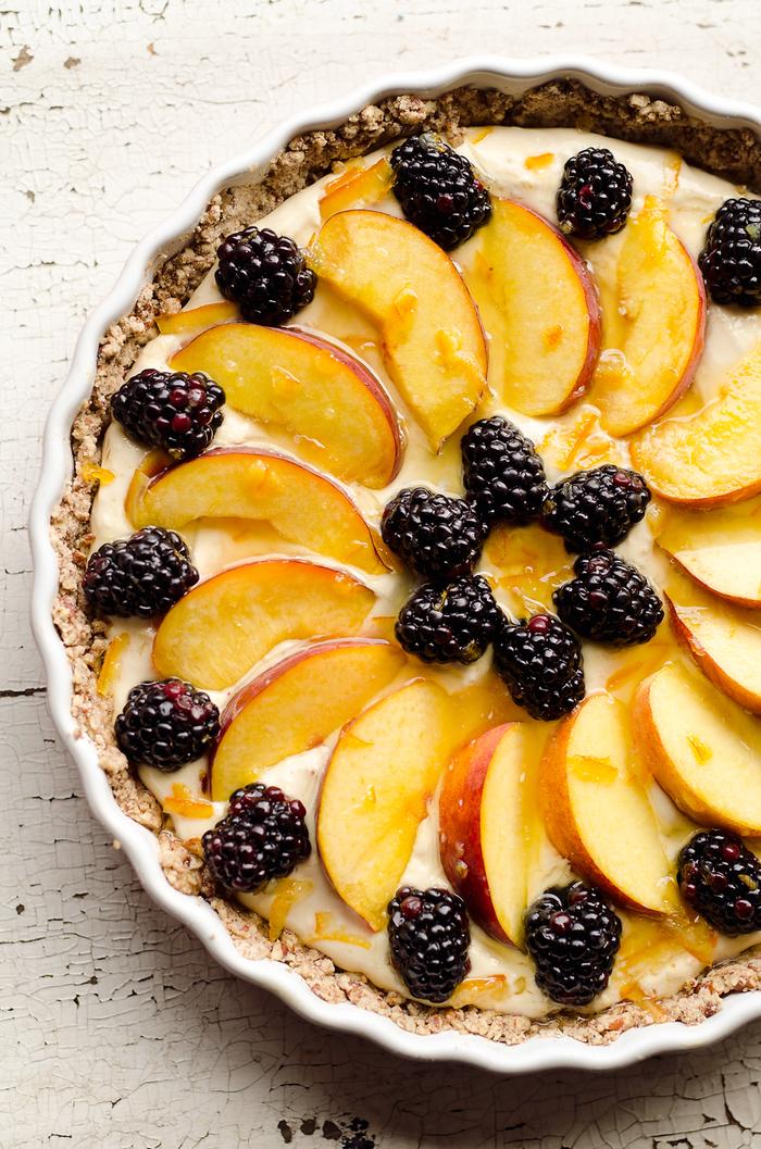 dessert léger et frais peu calorique, recette de tarte aux pêche et aux mûres en croûte de pécan précuite