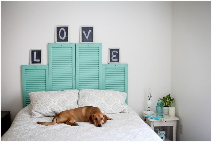 des persiennes peintes en vert d'eau transformée en tête de lit originale, tete de lit à faire soi meme pour une déco de caractère dans la chambre à coucher