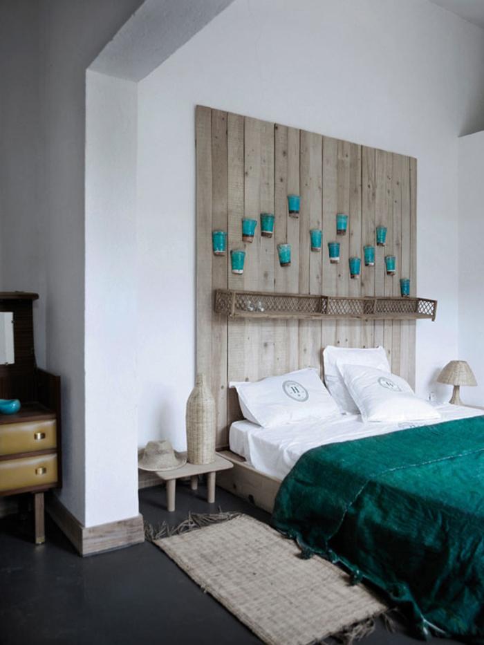 chambre à coucher ethnique chic en blanc, turquoise et bois naturel, comment faire une tete de lit en bois qui occupe le mur entier