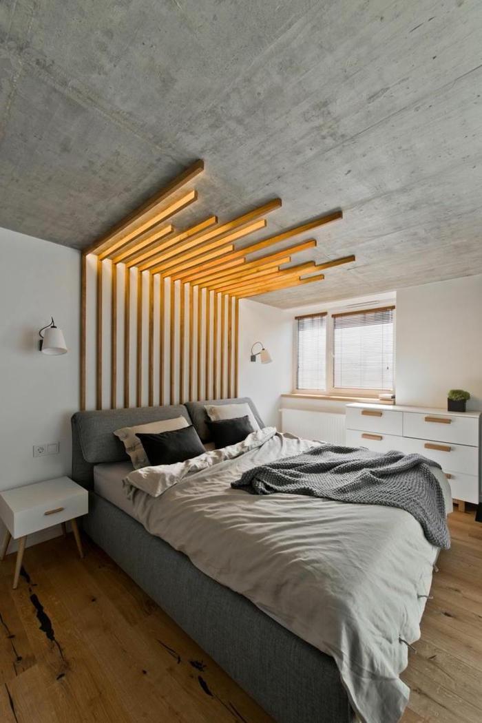 tete de lit bois au design contemporain qui contraste avec l aspect brut du plafond en béton