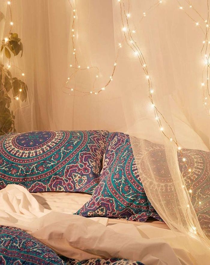 voile et petite lumières autour d un lit style boheme chic avec linge de lit style oriental, exemple de tete de lit a faire soi meme