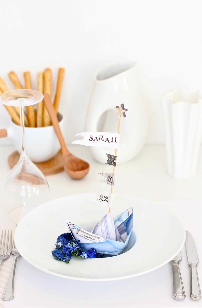 idée pour un marque-place original comme un bateau origami en joli papier aux nuances de bleu