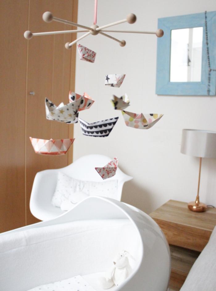 jolie idée pour un mobile bébé à faire soi-même avec des suspensions en bateau origami en papier à motifs