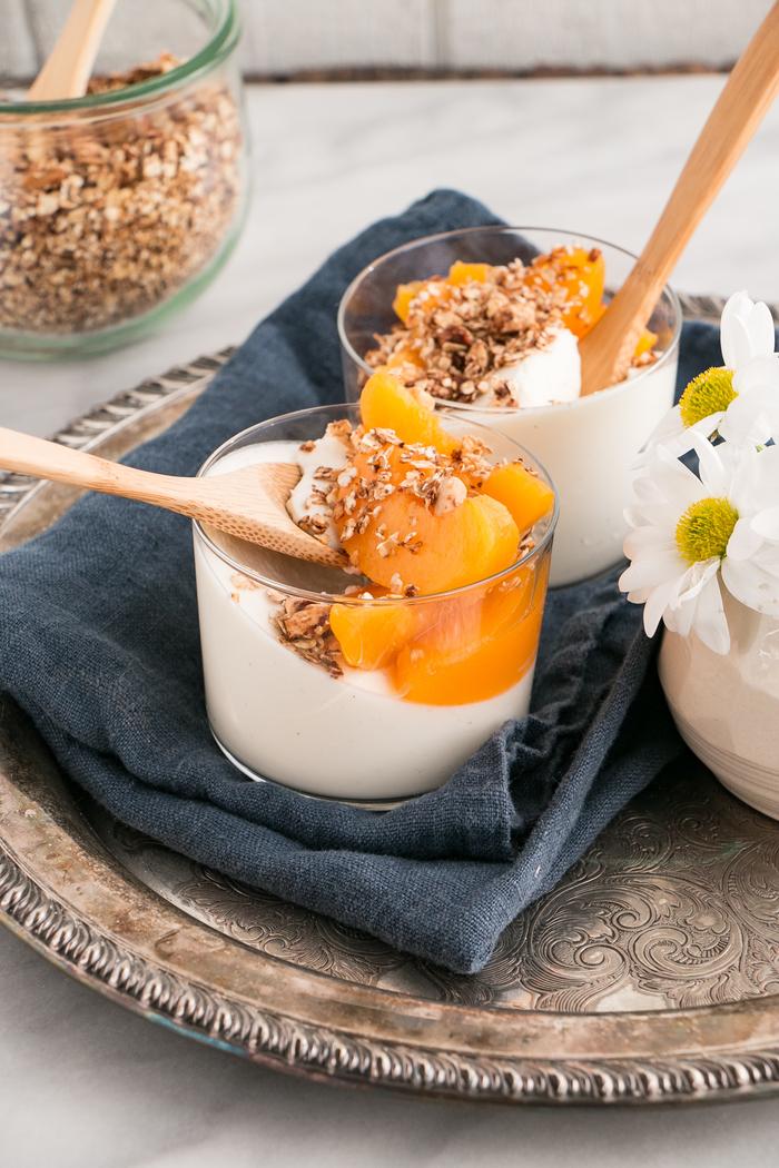 idée pour un dessert leger qui se mange aussi bien en dessert qu'au petit-déjeuner, recette de panna cotta légère au yaourt, pêches et granola