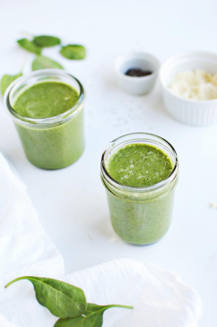 une boisson énergisant à base de fruits et de légumes-feuilles mixés, recette smoothie vert riches en protéines aux légumes-feuilles, banane et protéine en poudre