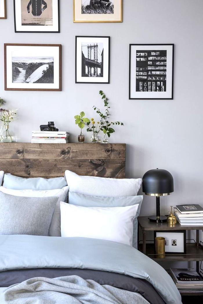 joli accent en bois récup dans la chambre parentale avec une tete de lit en palette surmontée d'une galerie photos