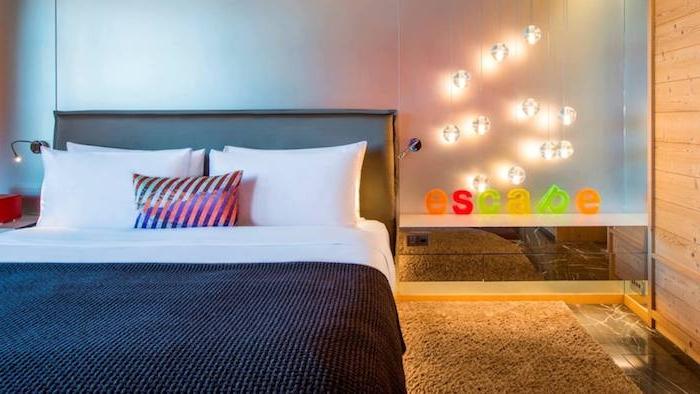fabriquer tete de lit en suspensions boules lumineuses, lettres colorées décoratives, linge de lit blanc et gris