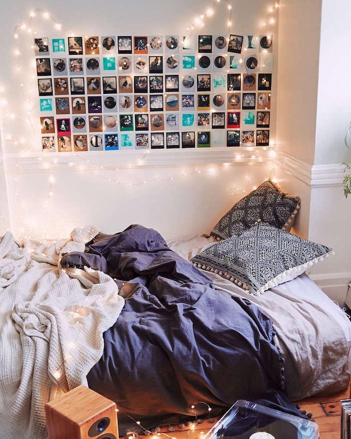 exemple deco tete de lit avec guirlande lumineuse et pele mele, linge de lit bleu, blanc et noir, chambre cocooning hygge